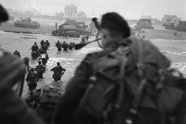 Bill Millin disembarking D Day